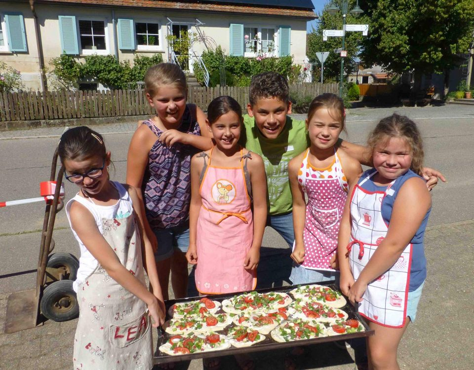 Kinder backen Brot
